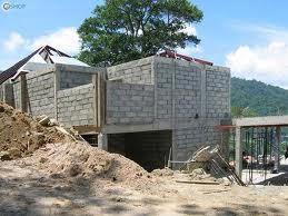 Gạch không nung : Gạch không nung được sản xuất từ phế thải công nghiệp: Xỉ than, vôi bột được sử dụng lâu đời ở nước ta. Gạch có cường độ thấp từ 30–50 kg/cm2 chủ yếu dùng cho các loại tường ít chịu lực. Gạch được hình thành từ đá vụn, cát, xi măng có cường độ chịu lực cao có thể xây nhà cao tầng. Nhược điểm của loại gạch này là nặng, to, khó xây, chưa được thị trường chấp nhận rộng rãi. Gạch được tạo thành từ cát và xi măng.Từ các biến thể và sản phẩm phong hóa của đá bâzn. Loại gạch này chủ yếu sử dụng ở các vùng có nguồn puzolan tự nhiên, hình thức sản xuất tự phát, mang tính chất địa phương, quy mô nhỏ ...Sản suất bằng công nghệ bọt khí. Thành phành cơ bản: Xi măng, tro bay nhiệt điện, cát mịn, phụ gia tạo bọt. Sản phẩm đã được kiểm định chất lượng vượt TCXDVN: 2004 về cường độ chịu nén đối với tỷ trọng D800. Tên tiếng Anh là Autoclaved Aerated Concrete – gọi tắt là AAC được rất nhiều nước trên thế giới ứng dụng rộng rãi với rất nhiều ưu điểm như thân thiện với môi trường, siêu nhẹ, bền, tiết kiệm năng lượng hóa thạch do không phải nung đốt truyền thống, bảo ôn, chống cháy, cách âm, cách nhiệt, chống thấm rất tốt so với vật liệu đất sét nung. Nó còn được gọi là gạch bê-tông siêu nhẹ vì tỷ trọng chỉ bằng 1/2 hoặc thậm chí là chỉ bằng 1/3 so với gạch đất nung thông thường. Công trình xây dựng sẽ giảm tải, giảm chi phí xử lý nền móng và hệ thống kết cấu, góp phần giảm mức đầu tư xây dựng công trình từ 7- 10%, đẩy nhanh tiến độ thi công và hoàn thiện phần bao che của công trình lên 2 - 5 lần. Ngoài ra, khả năng cách âm và cách nhiệt của bê tông nhẹ rất cao, làm cho nhà ấm về mùa đông, mát về mùa hè, tiết kiệm điện năng suởi hoặc điều hòa nhiệt độ... Kích thước thành phẩm lớn và chính xác (100mm x 200mm x 600mm) giúp rút ngắn thời gian thi công và kể cả thời gian hoàn thiện. Gạch bê tông khí chưng áp. Tên tiếng Anh là Autoclaved Aerated Concrete – gọi tắt là AAC được rất nhiều nước trên thế giới ứng dụng rộng rãi với rất nhiều ưu điểm như thân thiện với môi trường, 
