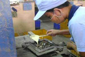 Đổ màu vào khuôn sản xuất gạch bông