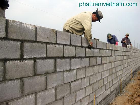 Xây tường rào bằng gạch block - gạch không nung
