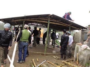 Ngày 1.3, Liên chi hội Nuôi trồng thủy sản nước lợ H.Tiên Lãng (TP.Hải Phòng) tiến hành dựng nhà tạm cho bà Nguyễn Thị Thương (vợ ông Đoàn Văn Vươn) ngay trên nền ngôi nhà đã bị đập bỏ trong vụ cưỡng chế