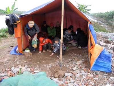 Gia đình Đoàn Văn Vươn với căn lều bạt sau khi bị chính quyền cưỡng chế thu hồi đất