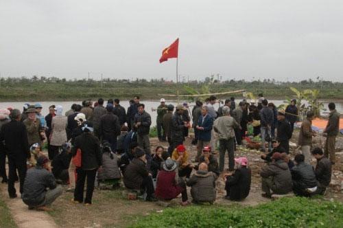 Những người dân tụ tập trên nền nhà ông Đoàn Văn Vươn vừa bị chính quyền ủi sập sang bằng