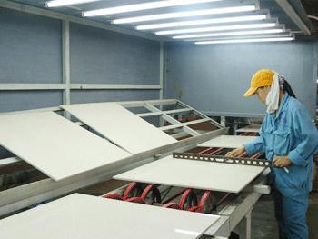 Sản xuất gạch bóng kính - phattrienvietnam.com