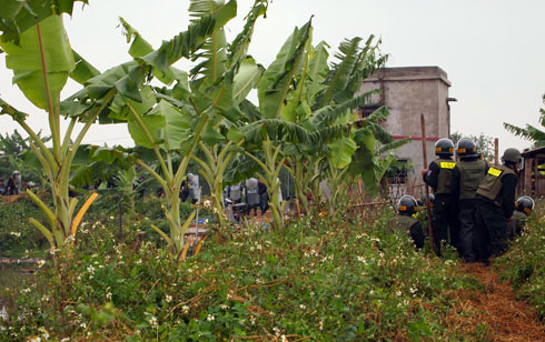 Lực lưỡng cưỡng chế gồm cả trăm cảnh sát được trang bị vũ khí ập vào khu vực cưỡng chế.